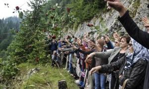 Ne ponovilo se: Suze i ruže na mjestu masakra na Korićanskim stijenama (FOTO)