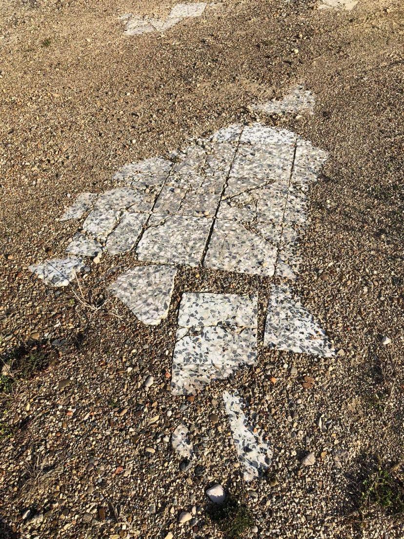 Svježe slike, ostaci kamenih pločica u hodniku skole